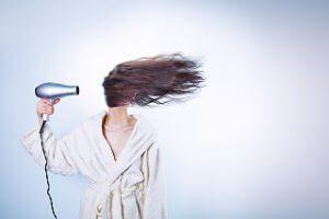 Frau am Bad Hair Day