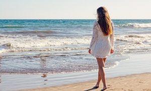 Frau mit langen Haaren am Meer