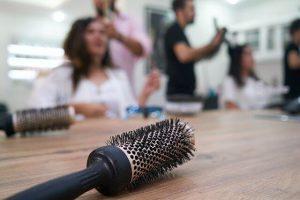 Haarbürste liegt beim Friseur auf dem Tisch